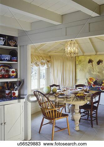 Stock foto etende areas huisje blootgestelde plafond beige en ivoor mural geverfde - Blootgestelde balken ...