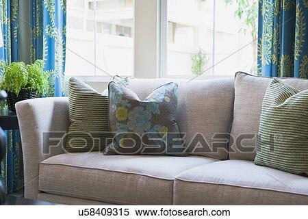 archivio immagini - lancio, cuscini, su, divano, davanti, finestra ... - Divano Davanti Finestra