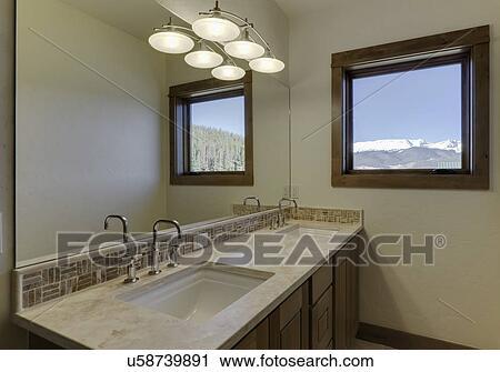 Stock fotografie badezimmer tresen mit mosaik fliese for Fliesenspiegel badezimmer
