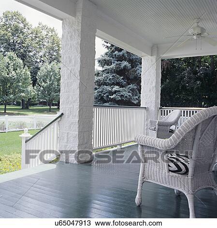 Archivio fotografico porch bianco wainscot soffitto for Piani di fattoria con portico