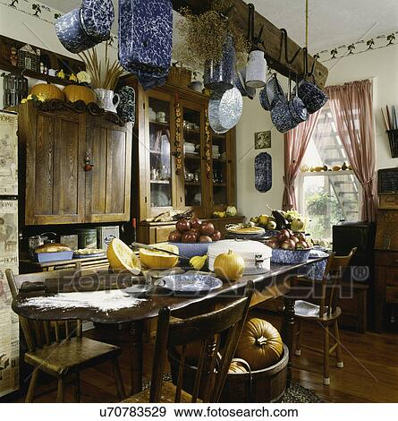 stock fotograf bauernhaus kueche mit frucht und gem se auf tisch st hle ansicht. Black Bedroom Furniture Sets. Home Design Ideas