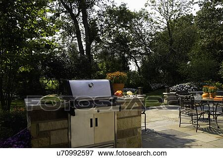 bild patios nahaufnahme von weber gas grill gebaut in stein gartenterasse essen to. Black Bedroom Furniture Sets. Home Design Ideas