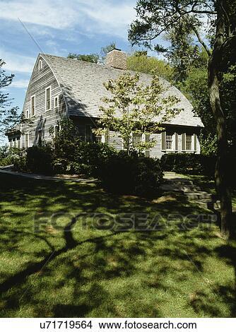 Archivio fotografico exteriors due storia famiglia for Nuova casa coloniale in inghilterra