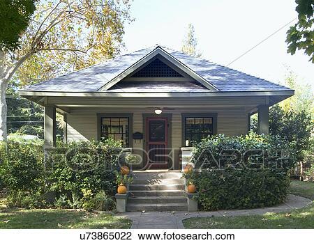 Archivio fotografico fronte esterno verde bungalow for Disegni veranda anteriore