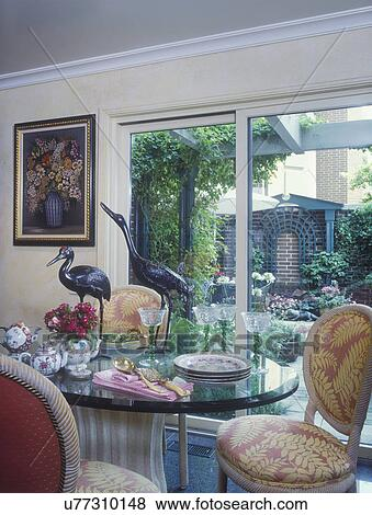 foto comida area rea cenando puertas corredizas mirar exterior mesa de vidrio con modelado cenar sillas metal garceta pjaro esculturas
