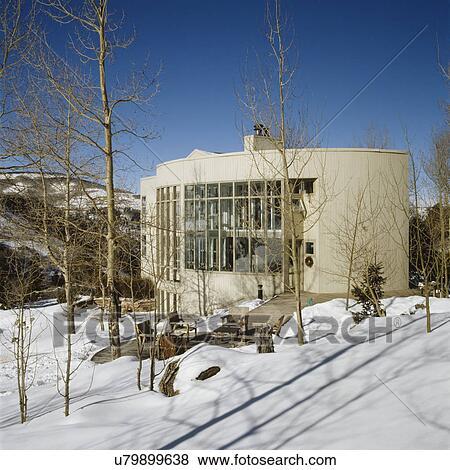 images exteriors blanc moderne maison nich dans montagnes de colorado lotissements. Black Bedroom Furniture Sets. Home Design Ideas
