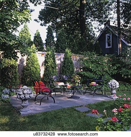 Beelden patios lei tegel terras gebied langs een privacy omheining black ijzer - Ijzer terras ...