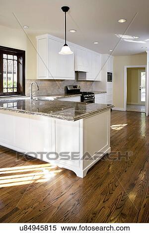 Banque d 39 image plancher bois dur dans traditionnel for Plancher bois cuisine