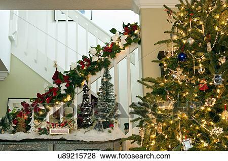 Images d cor escalier rampe et lit arbre no l u89215728 recherchez des photos des - Decoration escalier noel ...