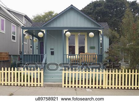 Archivio fotografico esterno verde americano for Bungalow in stile artigiano