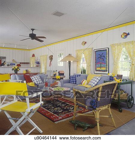 dans piscine maison blanc paneled murs jaune tailler cravate jaune dos rideaux bleu chambray sofas multi color oreillers modle et - Maison Colore Rideaux