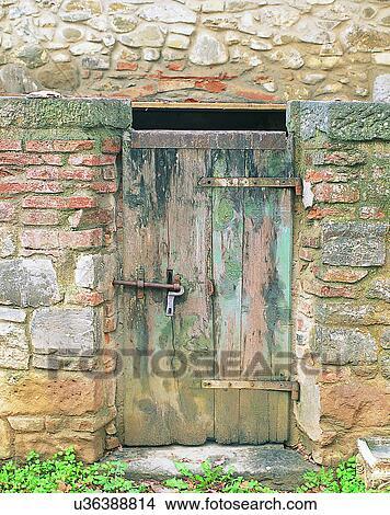 banque de photo b timent europe portes murs vieux bois u36388814 recherchez des images. Black Bedroom Furniture Sets. Home Design Ideas