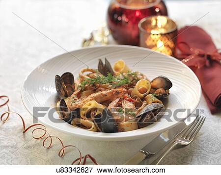 Image calamarata p tes fruits mer frais moules roi crevettes roses calamari ail - Pates aux fruits de mer vin blanc ...