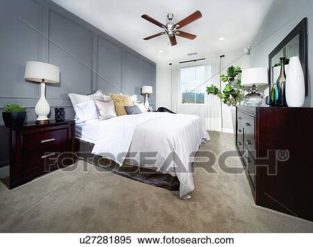 banque d 39 image grand lit dans contemporain chambre coucher moquette flooring. Black Bedroom Furniture Sets. Home Design Ideas