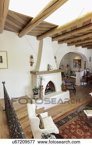Beeld ruim woonkamer met blootgestelde plafond balken en openhaard op home kerstman - Blootgestelde balken ...