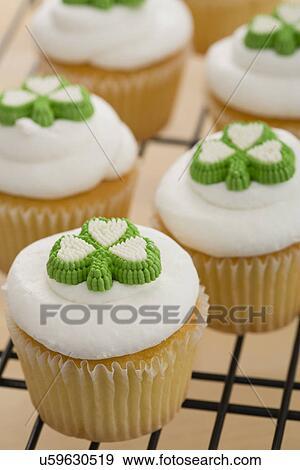 stock fotograf nahaufnahme von cupcakes in irisch farben mit kleeblatt u59630519. Black Bedroom Furniture Sets. Home Design Ideas