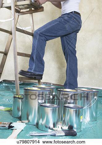 Stock foto verfblikken op de doek van de daling bedekt vloer het schilderen van de mens - Muurschildering volwassen kamer ...