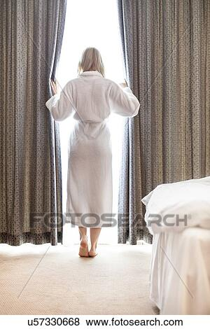 Billeder   fuld længde, i, ung kvinde, ind, badekåbe, åbning ...