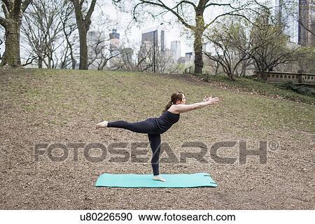 Banques de photographies a jeune femme dans parc for Collant mural francais
