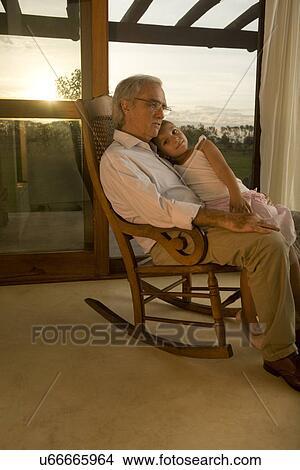 Stock foto gro vater und enkelin in schaukelstuhl for Alter mann im schaukelstuhl