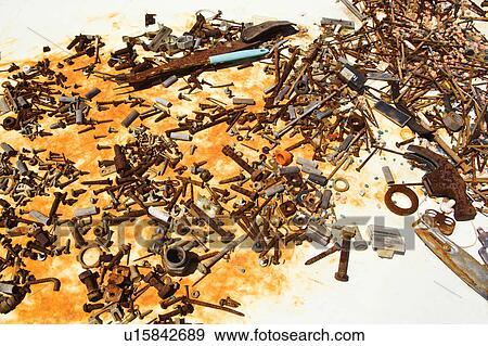 banque de photographies vieux rouill clous et vis sur table u15842689 recherchez des. Black Bedroom Furniture Sets. Home Design Ideas