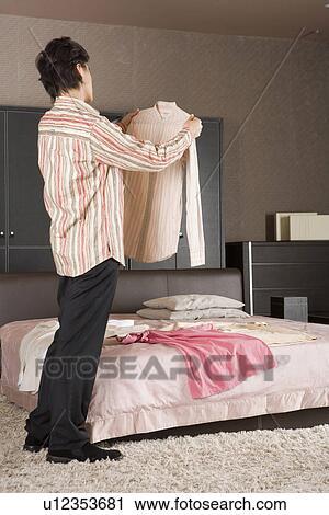 Banques de photographies jeune homme debout dans for Chambre a coucher jeune homme
