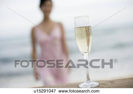image gros plan de verre vin rempli boisson alcoolique u15291047 recherchez des. Black Bedroom Furniture Sets. Home Design Ideas
