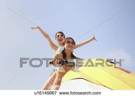Bilde - to, unge kvinner, spruter-skiing u16145667 - Søk