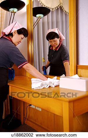 Banque de photo serveuse nettoyage les table c t dans les chambre h - Nettoyage chambre hotel ...