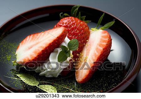 stock foto aufgeschnitten erdbeeren auf a platte hohe winkelansicht nahaufnahme. Black Bedroom Furniture Sets. Home Design Ideas