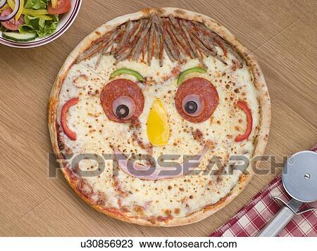 colecci n de foto smiley revestida pizza con un ensalada lado u30856923 buscar fotos e. Black Bedroom Furniture Sets. Home Design Ideas