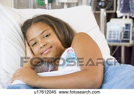 banque d 39 image jeune fille reposer dans lit h pital u17612045 recherchez des photos des. Black Bedroom Furniture Sets. Home Design Ideas
