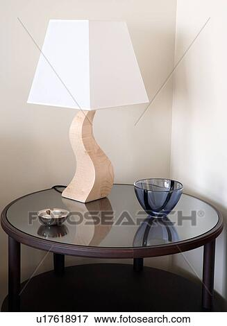 image sidetable moderne lampe u17618917 recherchez des photos des images des. Black Bedroom Furniture Sets. Home Design Ideas