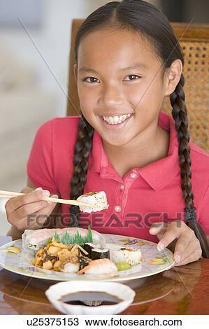 Banque de photo jeune fille dans salle manger manger for Salle a manger chinoise