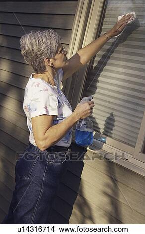 Banque de photo femme a n e nettoyage fen tre for Nettoyage de fenetre