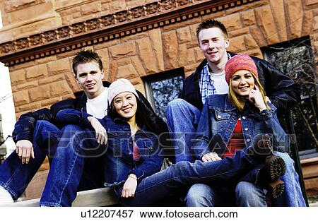 Vieux beaucoup de jeunes adolescents