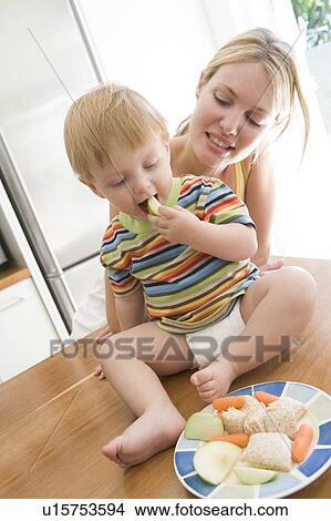 Stock foto mutter baby in kueche essende frucht und gemuese u15753594 suche - Wandbilder baby ...