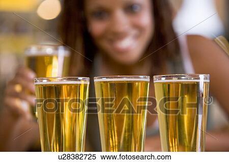 Archivio immagini donna proposta con parecchi for Bicchieri birra prezzi