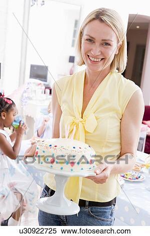 banque d 39 image femme f te tenue g teau anniversaire sourire u30922725 recherchez des. Black Bedroom Furniture Sets. Home Design Ideas