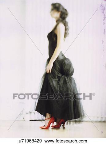 banque de photographies 30 ann e vieille femme porter a robe noire et rouges s hauts. Black Bedroom Furniture Sets. Home Design Ideas