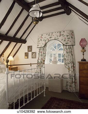 Arkivfoto   hvit, wrought jern, seng, inn, land, soverom, med ...