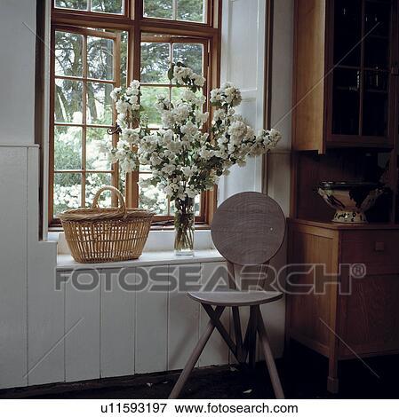 Immagine sedia legno davanti alto intelaiatura finestra con cesto e fiori bianchi in - Davanzale finestra interno ...