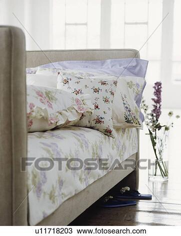 Archivio fotografico floreale cuscini e lino su - Letto tappezzato ...