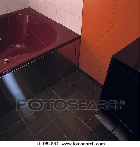 Archivio fotografico   scuro, rosso, bagno, e, nero, mattonelle ...
