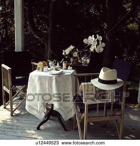 Archivio fotografico tavola e sedie su decked for Tavola e sedie