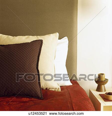 Archivio fotografico marrone e crema cuscini e - Letto tappezzato ...