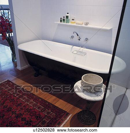Immagini nero rolltop bagno e tappeto orientale su pavimento legno in moderno bianco - Tappeto bagno moderno ...