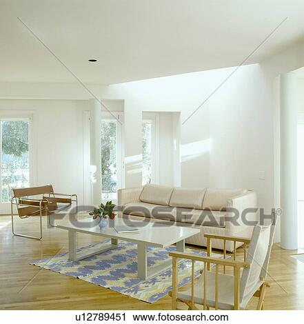 stock fotografie creme ledern sofa und marcel breuer barcelona stuhl in modernes wei. Black Bedroom Furniture Sets. Home Design Ideas
