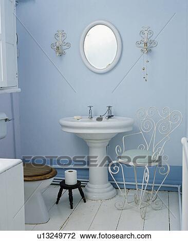 Archivio fotografico   tradizionale, blu, bagno, con, bianco ...