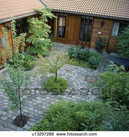Immagini moderno bungalow con piccolo albero in for Piccolo bungalow artigiano